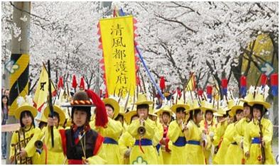 Cheongpungho cherry blossoms festival dengan latar pemandangan bunga